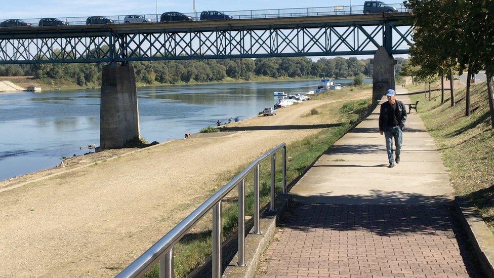 Šetalište kraj Save i most preko reke koji je ujedno i granični prelaz sa Hrvatskom.