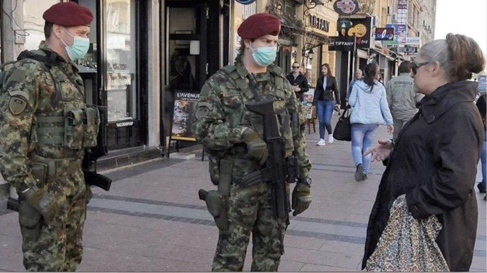 Vojnici sa maskama i žena u Kneѕ Mihajlovoj, mart 2020. godine, drugi dan vanrednog stanja
