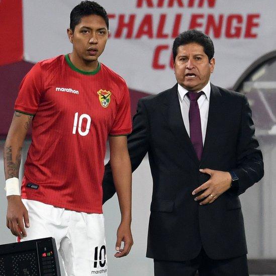 Eduardo Villegas le da instrucciones a Samuel Galindo.