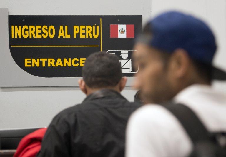 Venezolanos ingresando a Perú.