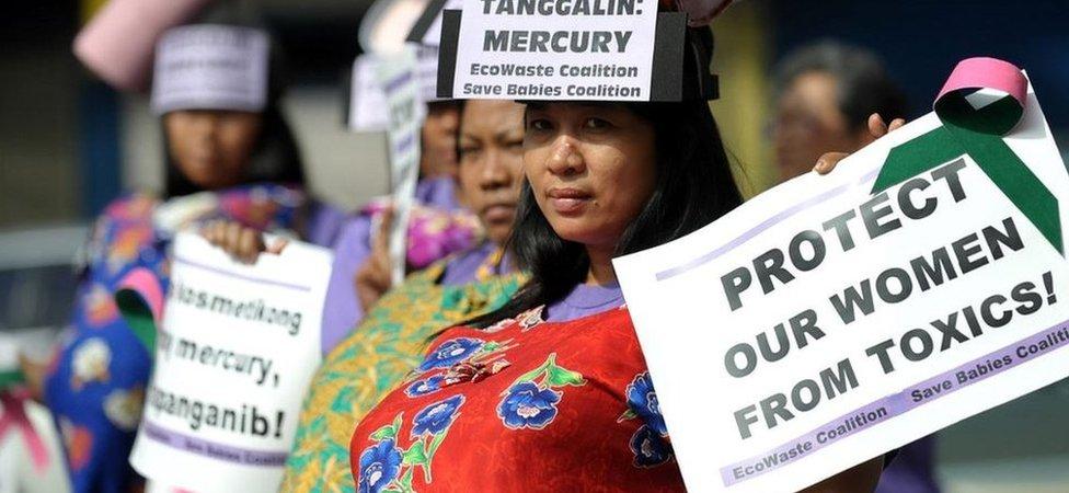 Mujeres filipinas vestidas como madres embarazadas protestan en Manila contra los cosméticos importados de China