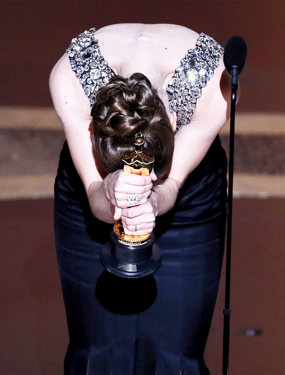 Hildur Guonadottir hace una reverencia con su Oscar