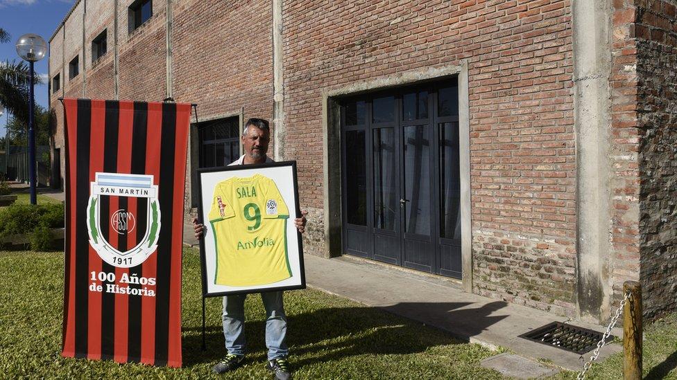 Daniel Ribero, presidente del club San Martín de Progreso, sujeta una camiseta de Emiliano Sala
