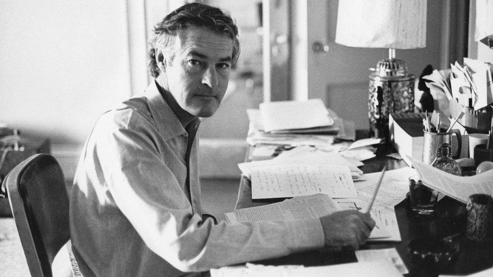 El psicólogo de la Universidad de Harvard Timothy Leary en su escritorio