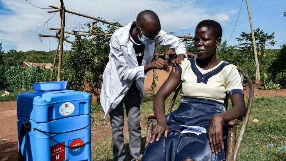 Una mujer siendo vacunada en un área rural de Kenia.