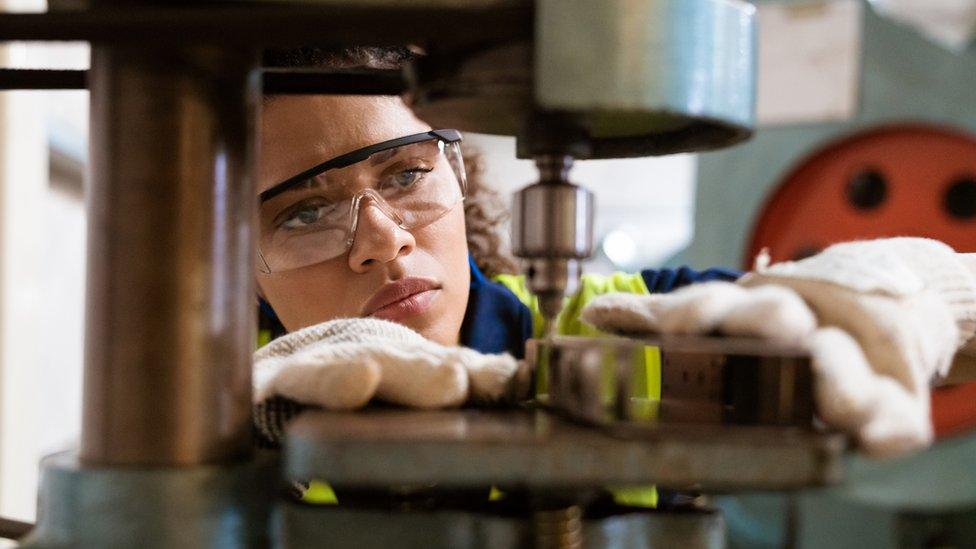 Mulher trabalhando em uma fábrica