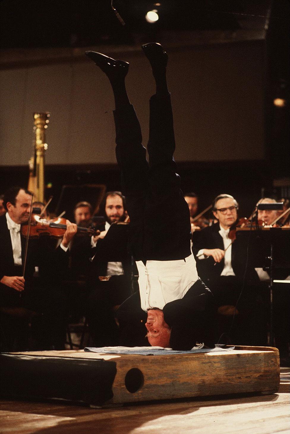 Yehudi Menuhin dirigiendo la Orquesta Filarmónica de Berlín de cabeza en 1982.