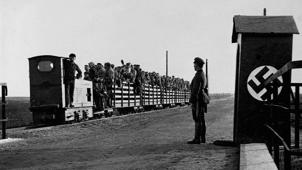 Prisioneros llevados en tren a un campo de concentración nazi.