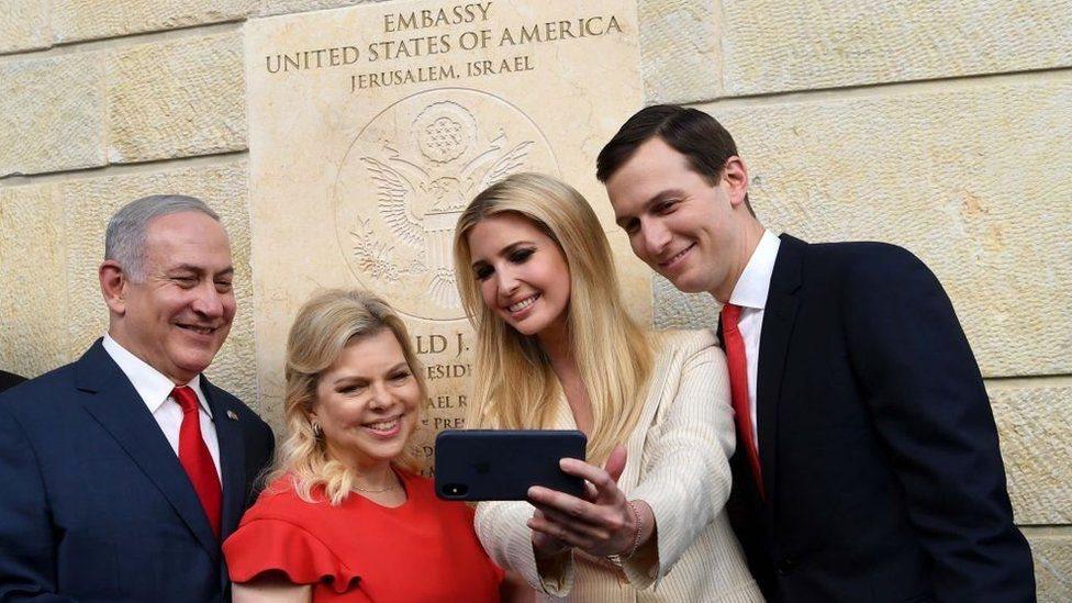 كوشنر وزوجته إيفانكا ترامب ونتنياهو زوجته سارة