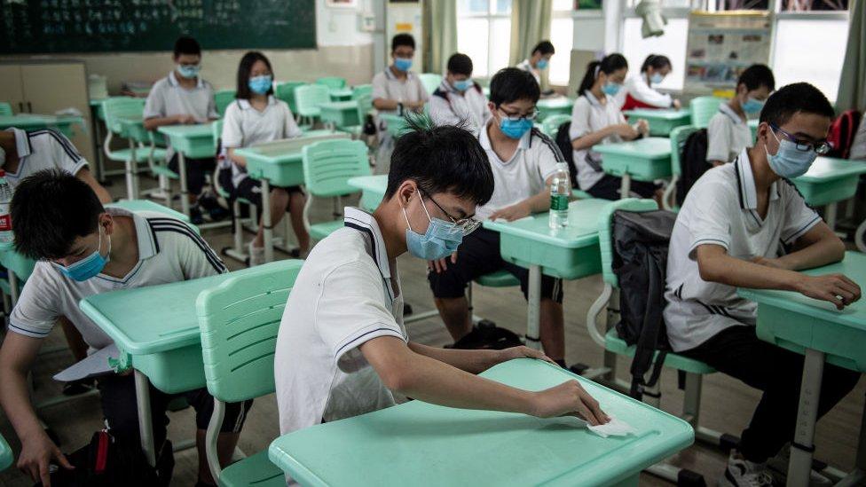 Srednjoškolci u Vuhanu se pripremaju za čas, provincija Hubei, maj 2020.