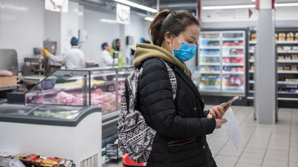 Mujer en una tienda