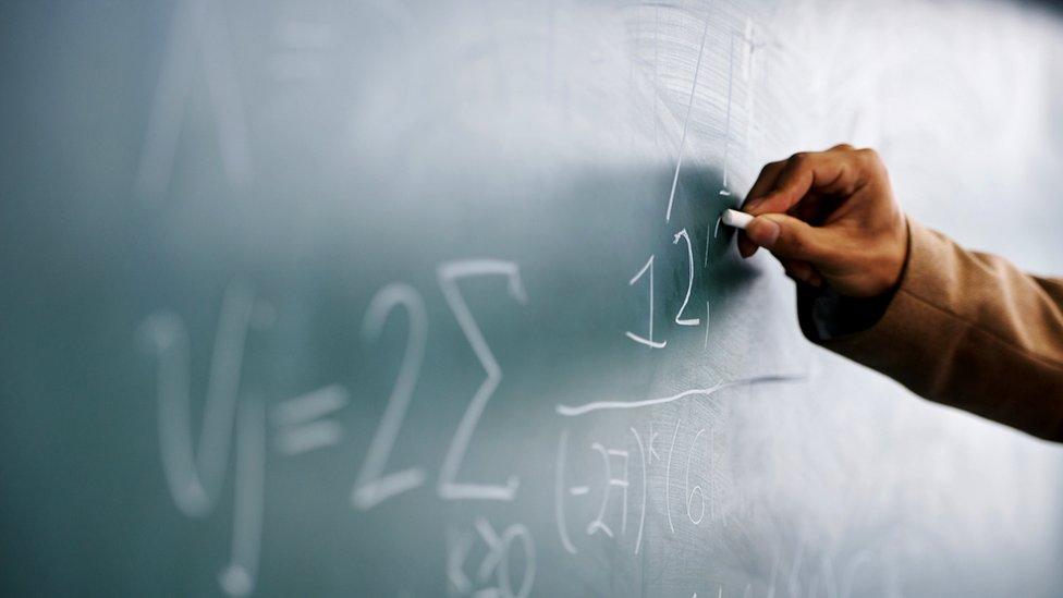 Pizarra con ecuaciones