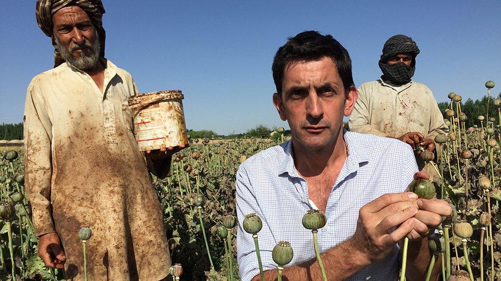 Justin Rowlatt y cultivadores de opio.