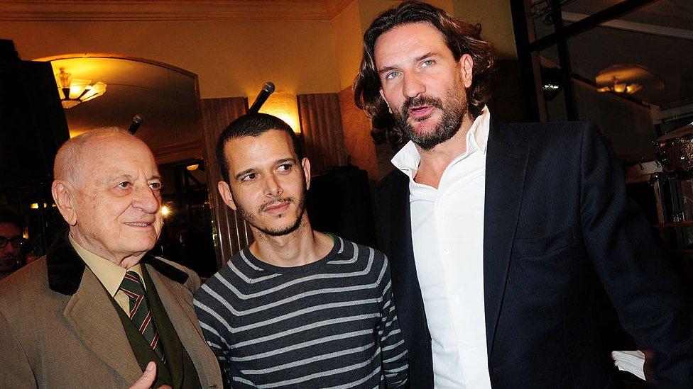Abdellah Taia (centro) durante la ceremonia del Premio de Flore 2010 en el Café de Flore, en París.