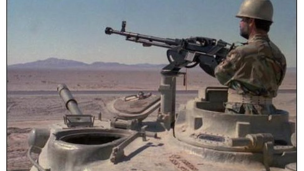 صور من الأرشيف: جندي إيراني يوجه فوهة مدفعه نحو الحدود العراقية.