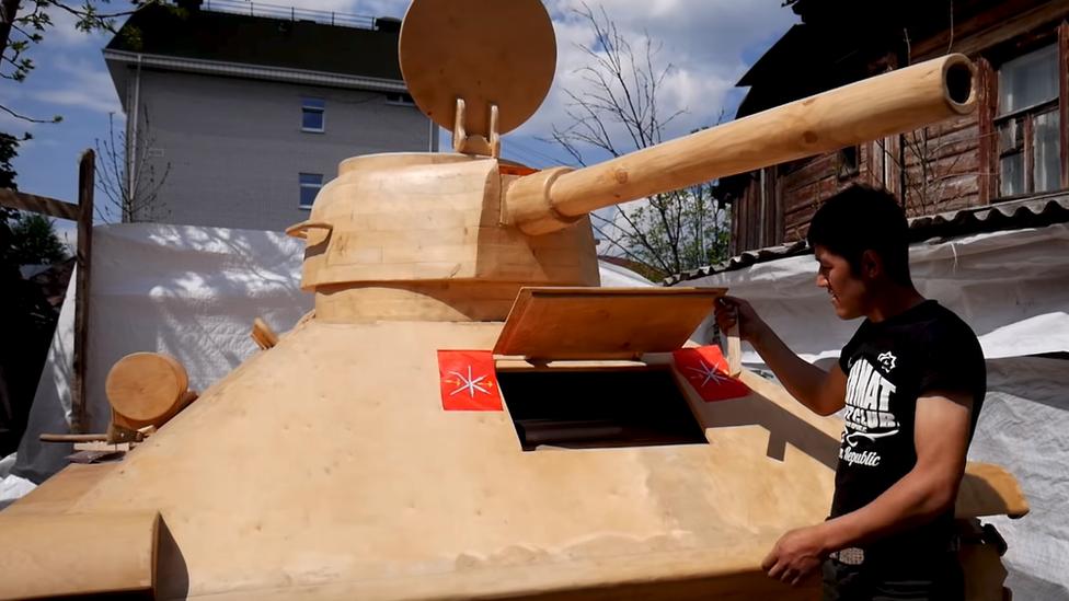 Stolar napravio tenk od drveta