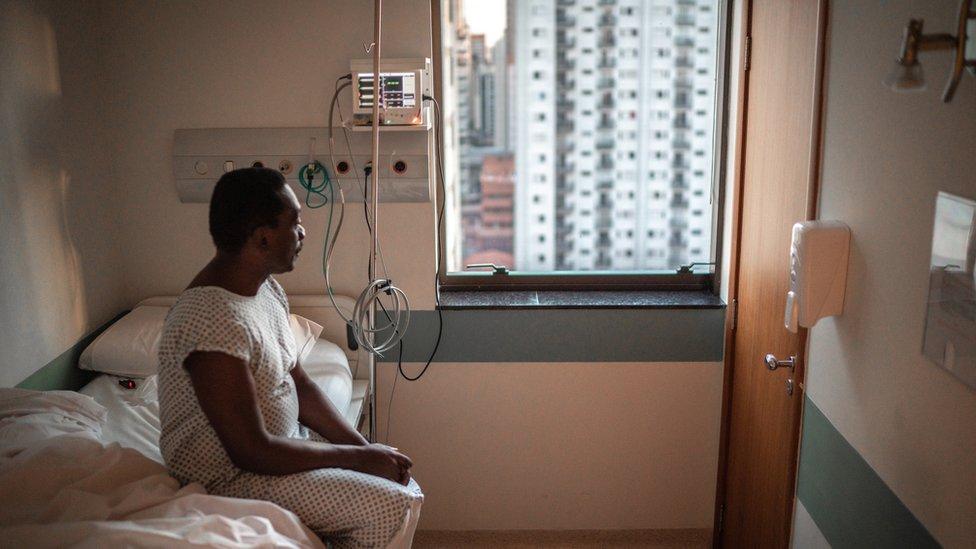 Homem internado em hospital