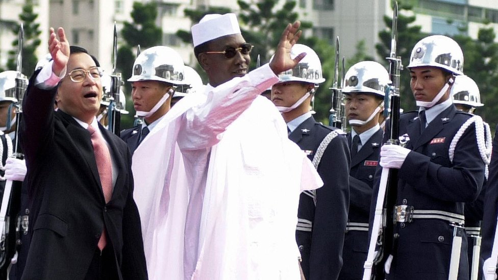陳水扁(左)與代比(中)在台北檢閲國軍儀仗隊(23/1/2005)