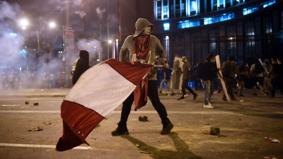 Peru impeachment protests: Clashes with police with police turn deadly thumbnail