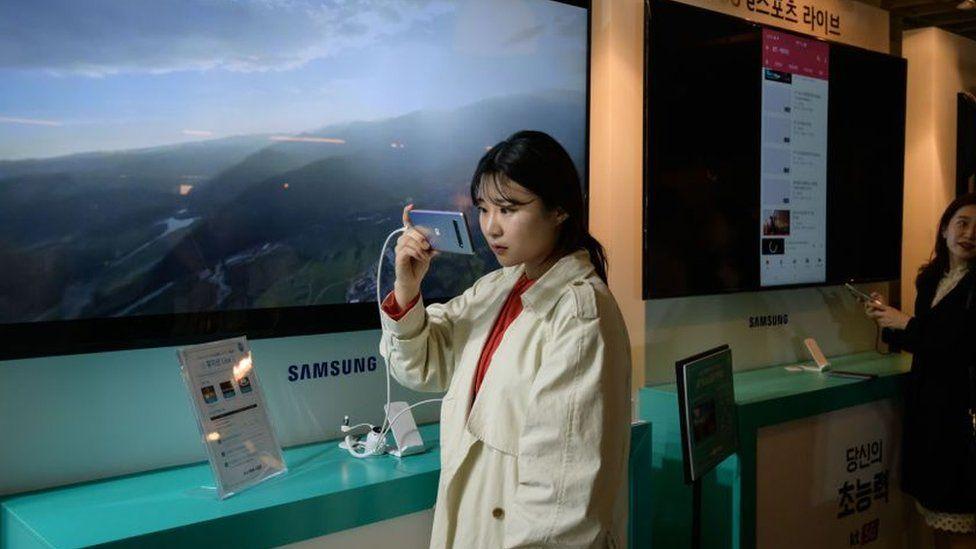 Mujer con un teléfono Samsung