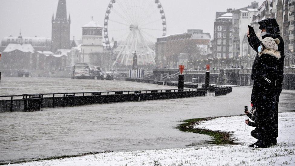 Düsseldorf'taki kar manzarası.