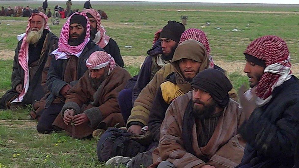 Militantes de EI sentados