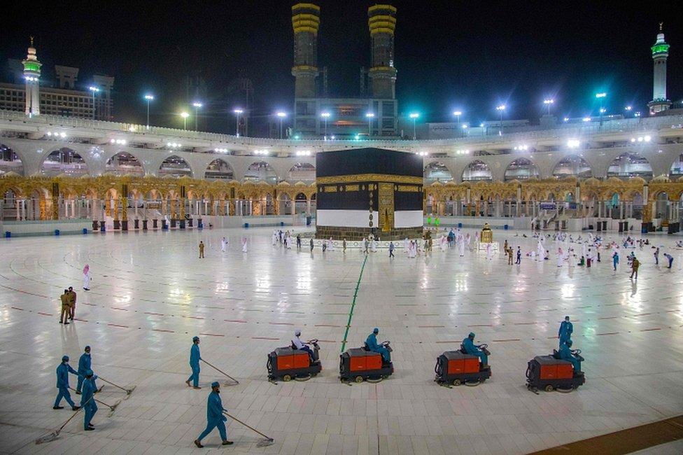 Suasana di kompleks Masjidil Haram, Mekah