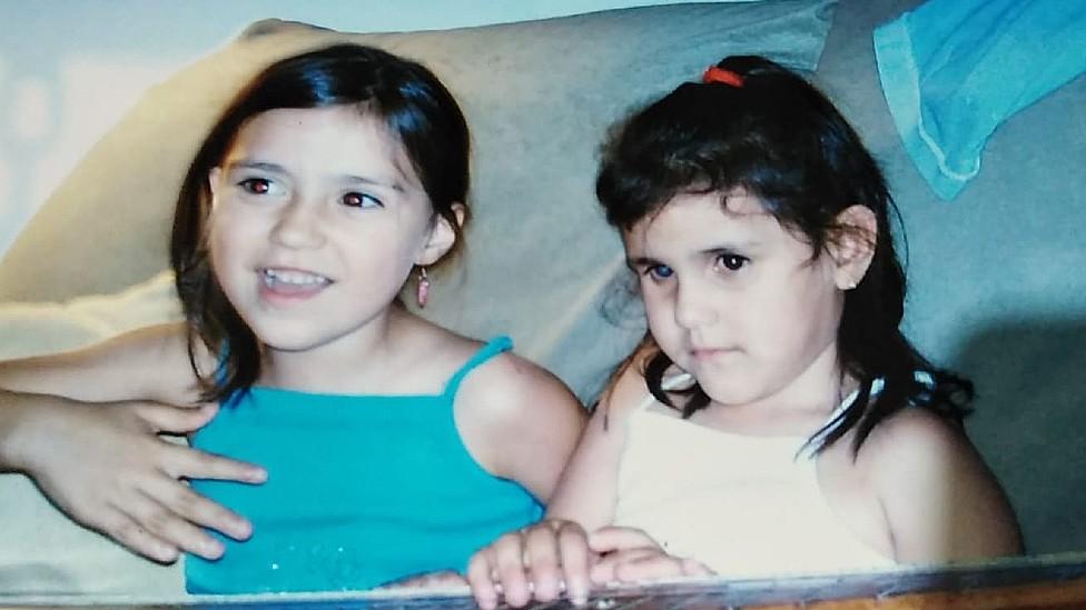 Fotos de Milagros junto a su hermana Chloe cuando eran niñas