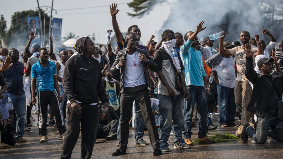 Supporters of Gabonese opposition leader Jean Ping face security forces in Libreville 31 August 31 2016