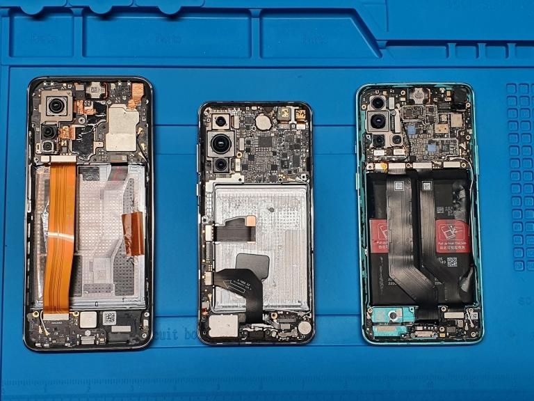 Los teléfonos Xiaomi Mi 10T 5G, Huawei P40 5G, OnePlus 8T 5G se ven en el laboratorio del Ministerio de Defensa de Lituania en Vilnius