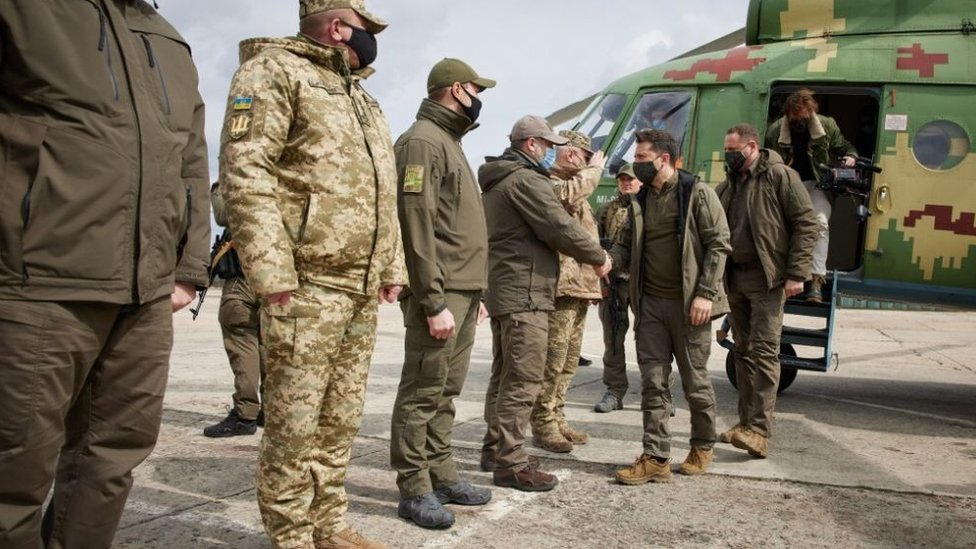 زار الرئيس الأوكراني زيلينسكي القوات في منطقة دونباس