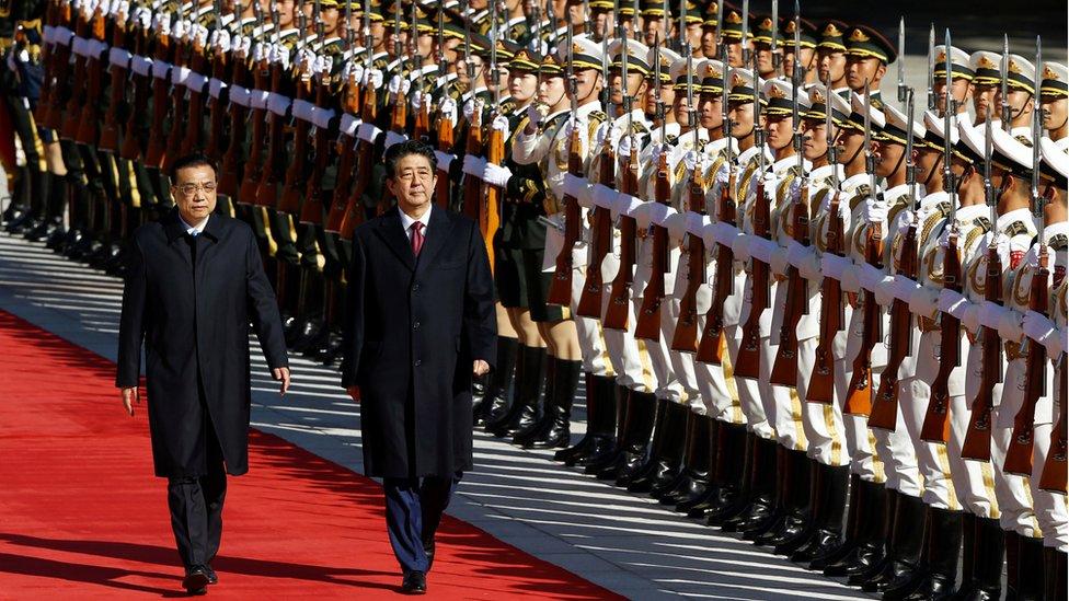 10月26日,李克強陪同安倍晉三檢閲解放軍儀仗隊。