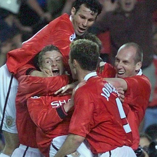 Solskjaer es abrazo por sus compañeros en el Cam Nou.