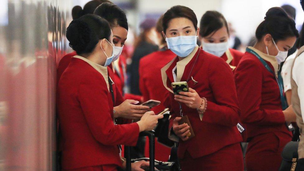 美國洛杉磯國際機場一群剛從香港抵達的國泰航空空服員在交談(28/2/2020)