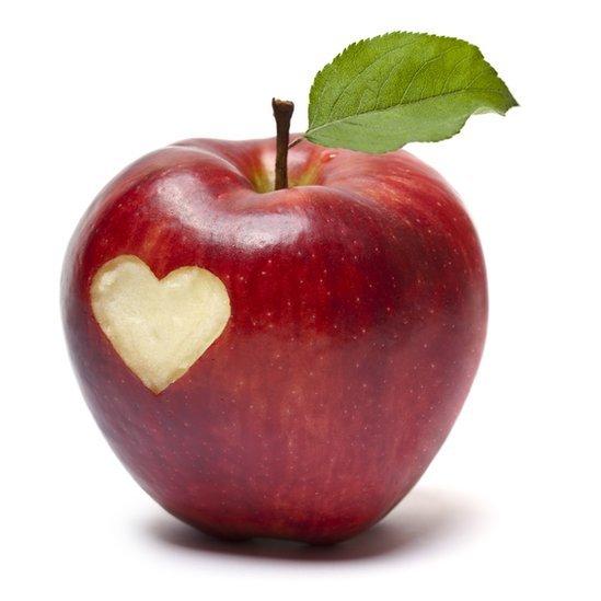 Una manzana roja con forma de corazón.