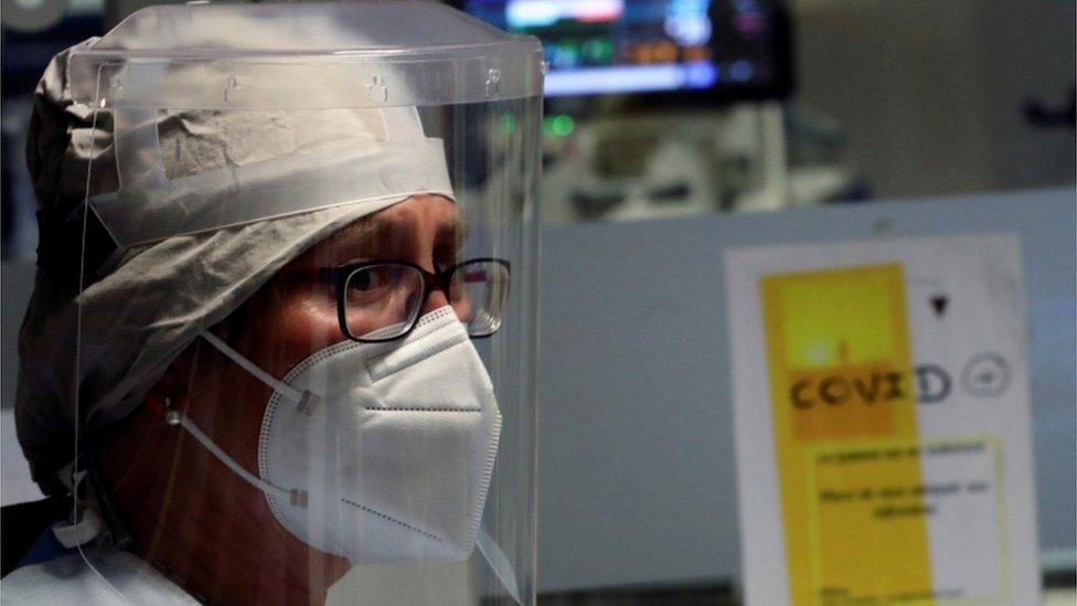 Médica usando máscara