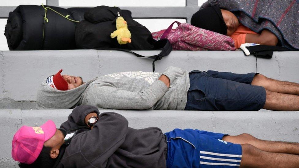 Inmigrantes duermen en Ciudad de México