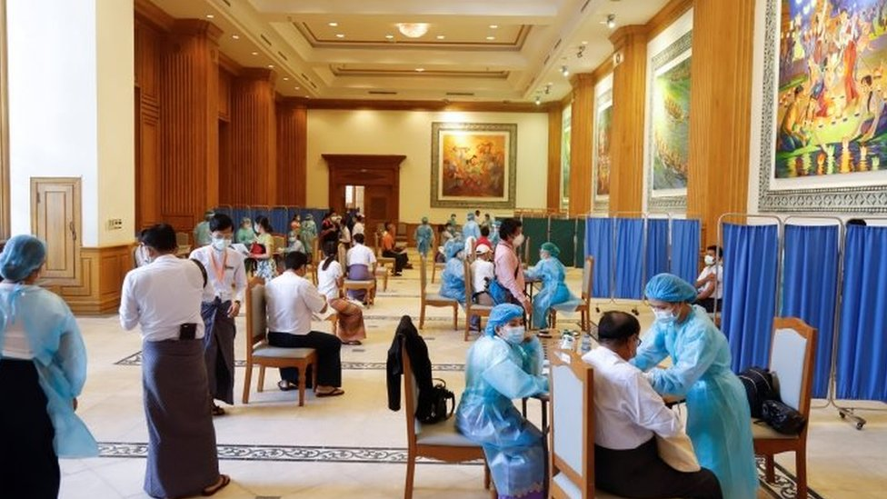 Anggota DPR mendapatkan vaksinasi di Naipaul pada Jumat (29/01).