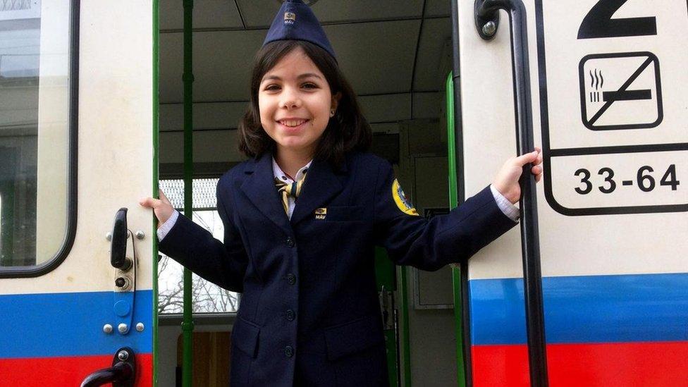 Cómo funciona la línea de tren real que es operada por niños en Hungría -  BBC News Mundo