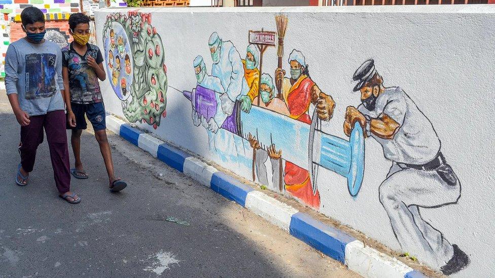 街上的壁畫和戴口罩行人