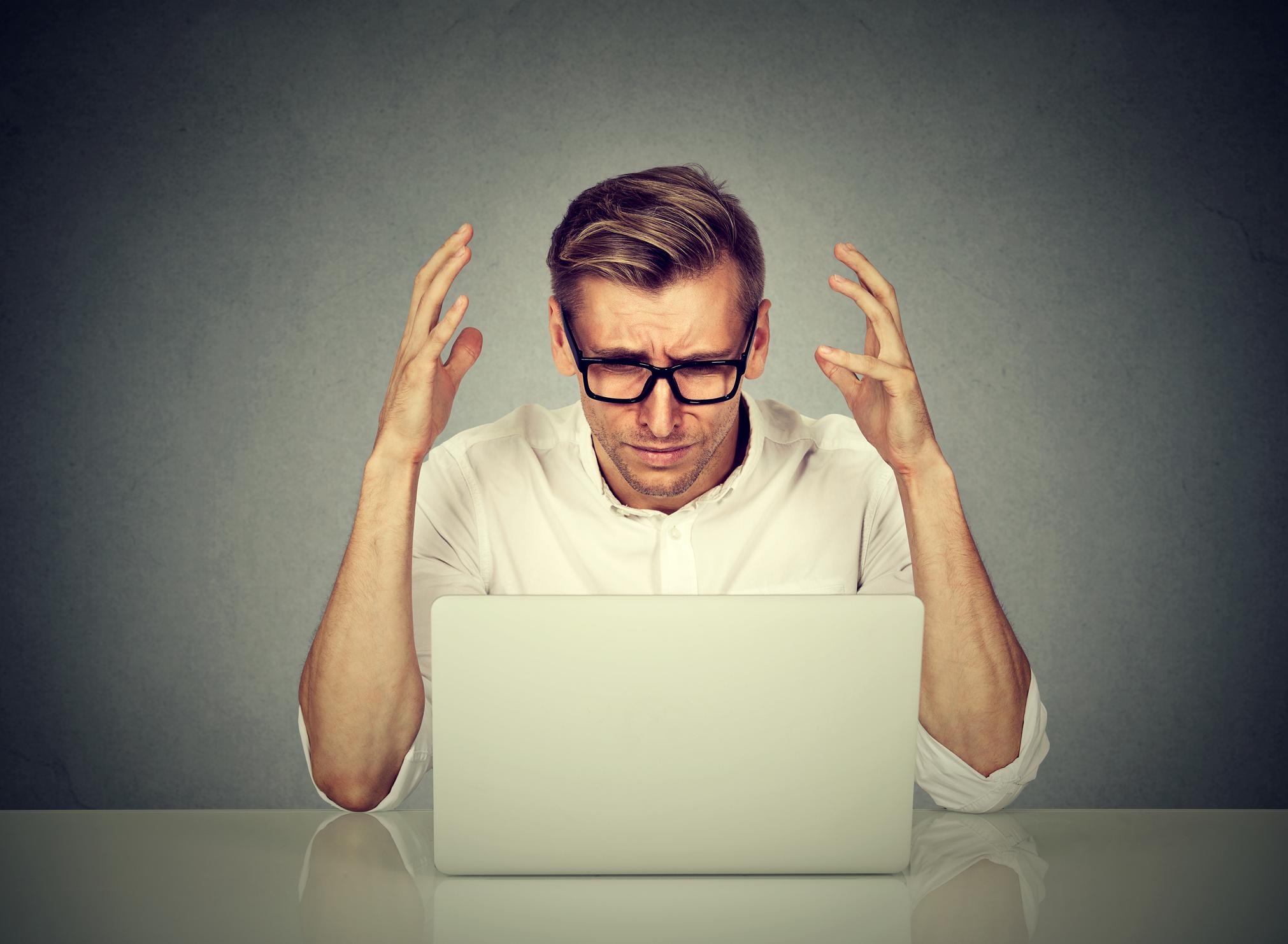 Hombre enojado con el ordenador.