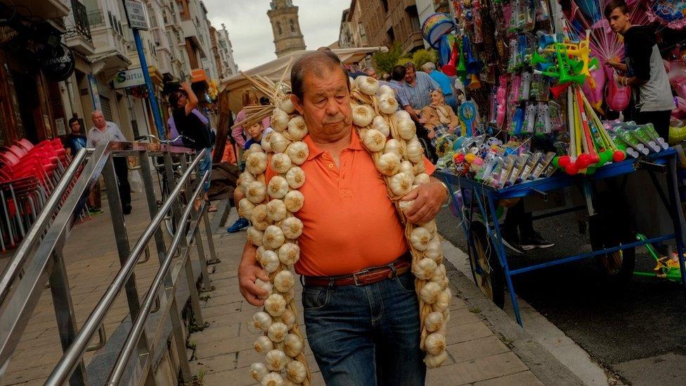 Homem com cordão de alhos