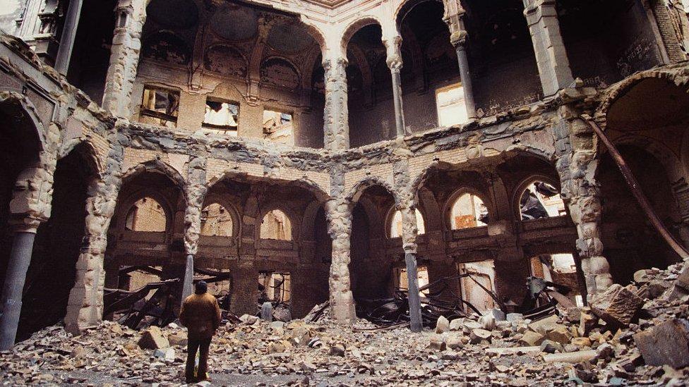 Biblioteca bosnia bombardeada en Sarajevo.