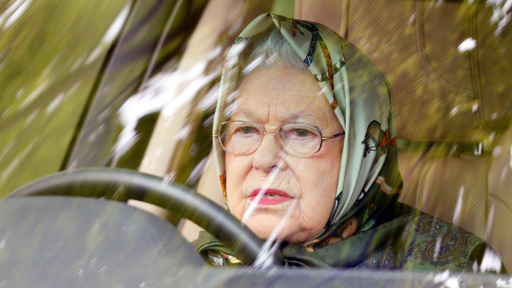 Чому члени британської королівської родини так люблять бути за кермом автомобіля