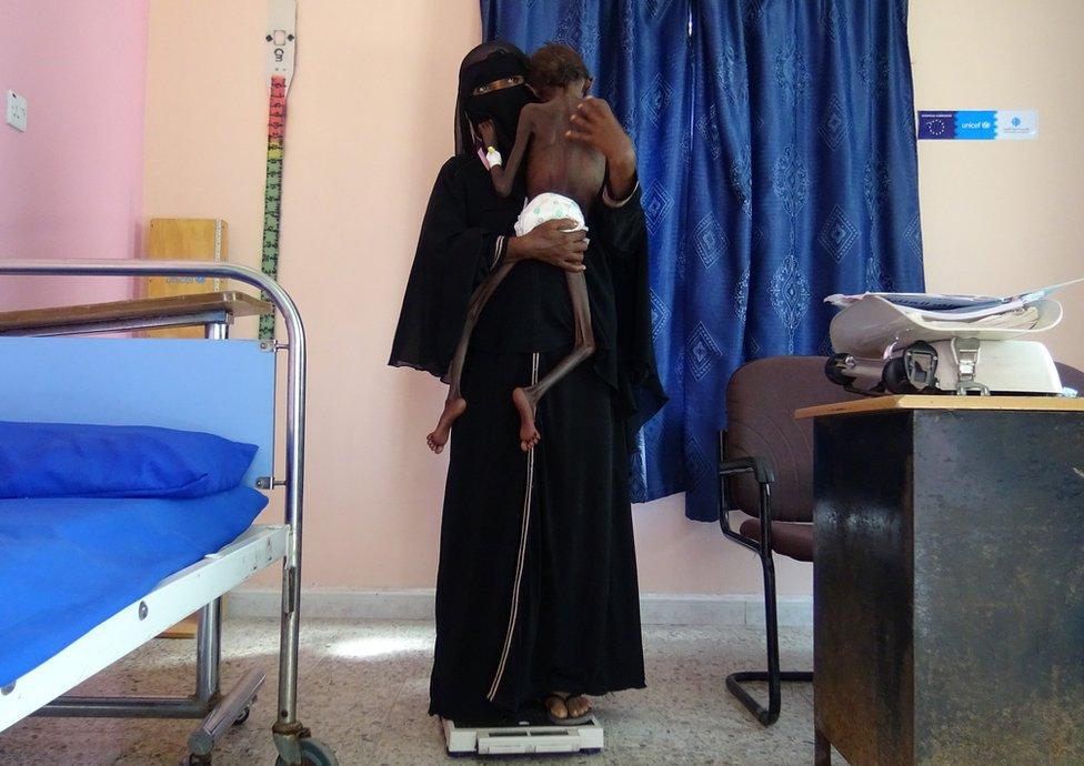 一名女性抱著她的兒子。
