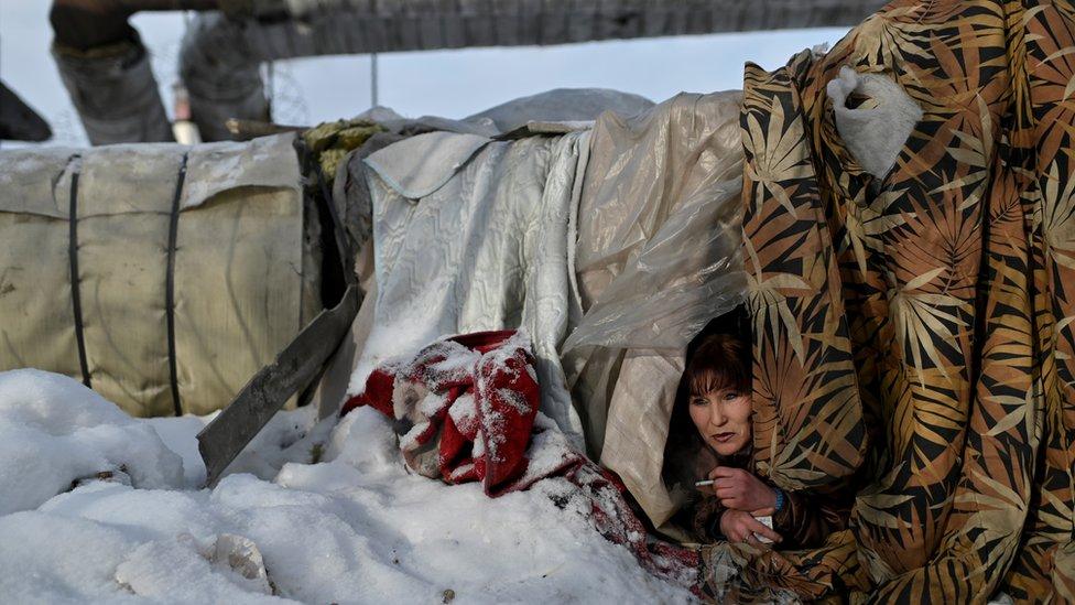 29 yaşındaki Galiya, Aleksey Vergunov'un boruların etrafına battaniye gererek yaptığı sıcak çadırdan kafasını çıkararak sigara içiyor