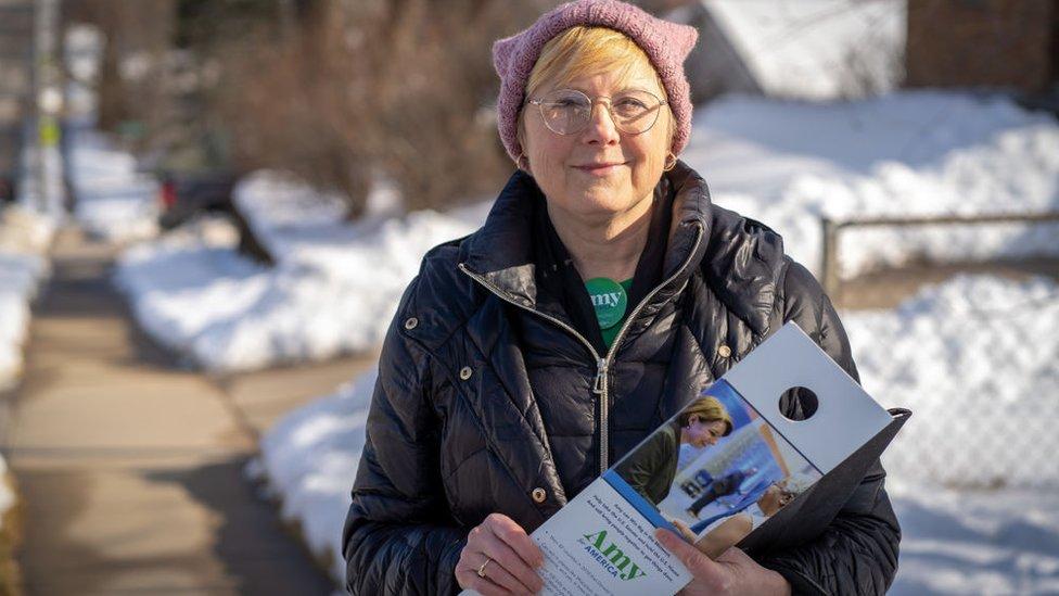 Una activista realiza campaña en medio de la nieve en Iowa.