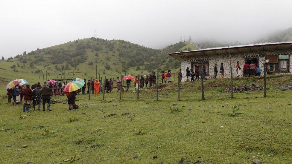 不丹東部塔希岡宗亘古村村民冒雨在村公所外排隊等候接種疫苗(20/7/2021)
