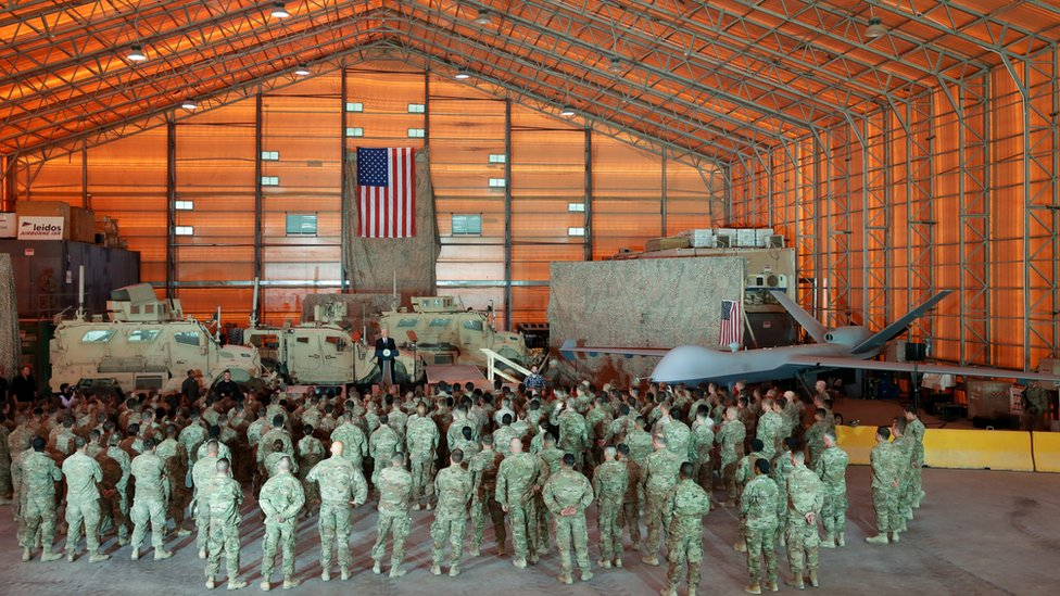 Mike Pence dirigiéndose a las tropas en Irak
