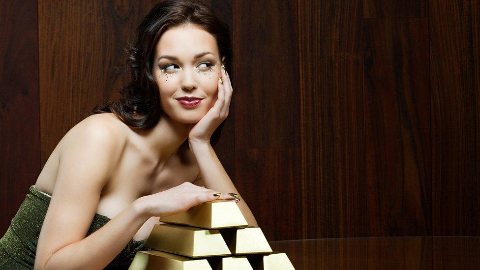 Mujer con barras de oro.